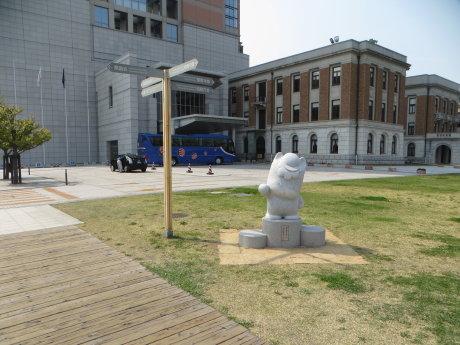 県庁にぐんまちゃんの石像