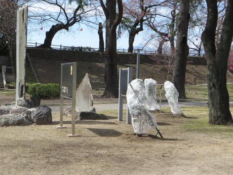 前橋公園にツバキとナツミカンの木
