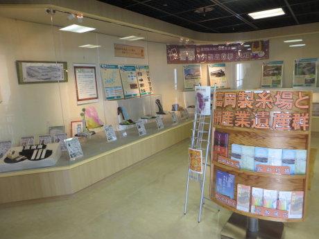 群馬県庁でシルク製品の展示