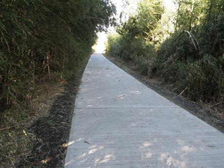 コンクリート舗装されたサイクリングロード
