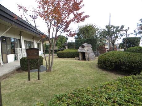 上川淵公民館に竪穴式住居