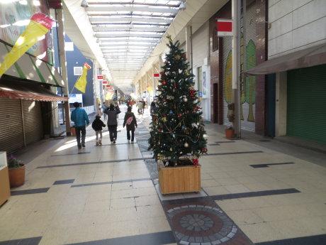 寂しい商店街・・・。
