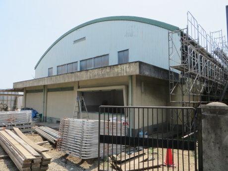 元総社南小の体育館は大規模改修工事
