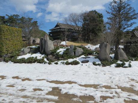 雪の残る臨江閣庭園