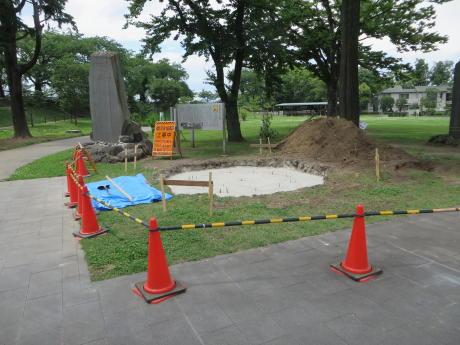 前橋公園で「楫取素彦と松陰の短刀」の銅像設置工事