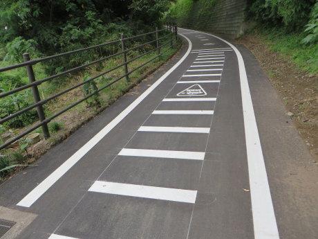 舗装工事の終わったサイクリングロード