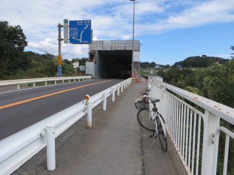 塗装工事中の坂東橋へ
