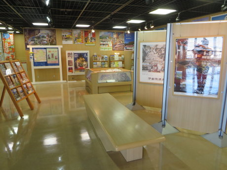 群馬県庁の観光展示室には県内各地の観光パンフレット