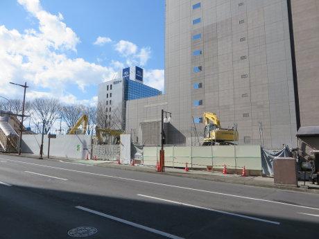 五差路のビルの解体工事も