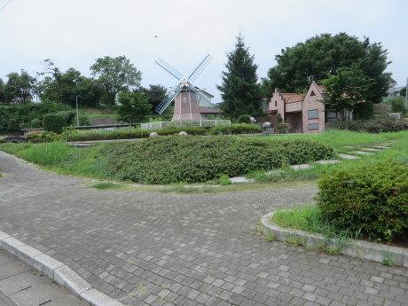 大胡駅前公園には小さな風車が