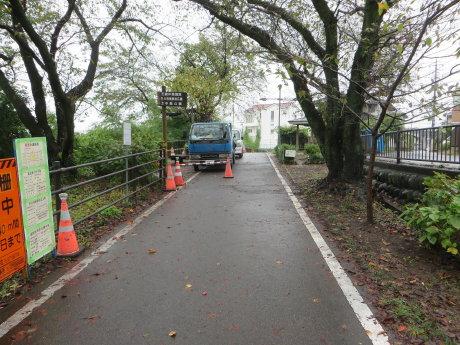 利根川サイクリングロードは防護柵の工事中