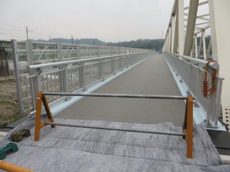 大正橋側道橋は高欄も設置されて