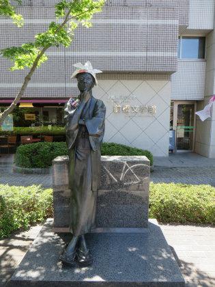 萩原朔太郎像に紙の兜