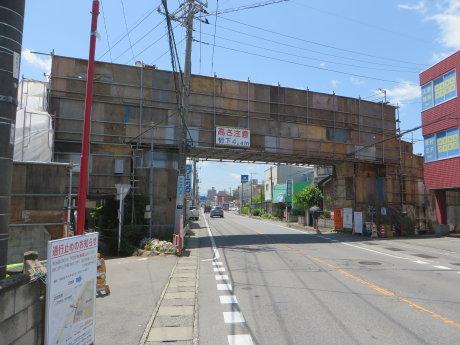 塚沢小前の歩道橋は補修塗装工事中