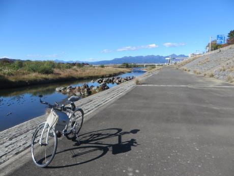 聖石橋近くの県道25号線に自転車レーンが
