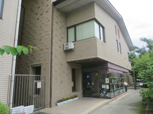 渋川市立図書館で、やしろあずき先生の三角コーン展示中