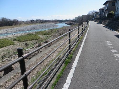 護岸崩壊災害で井野川サイクリングロード通れず