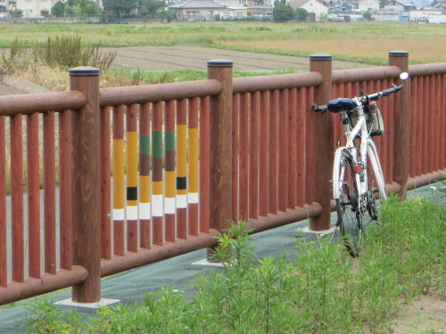 木製の柵にぐんまちゃん