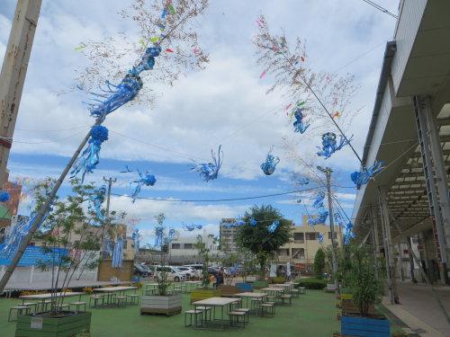 中央イベント広場に青い七夕飾り